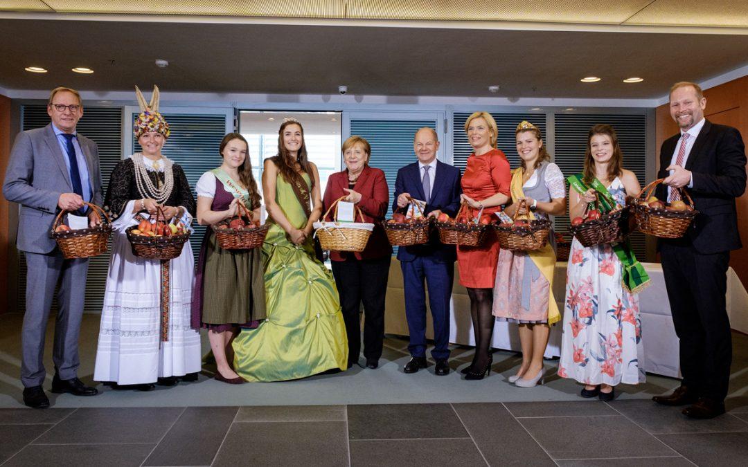 Angela Merkel empfängt Deutschlands Apfelköniginnen zum Apfelkabinett