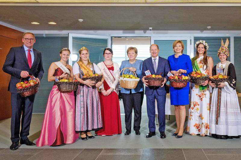 Gipfeltreffen im Kanzleramt: Regierungschefin Angela Merkel empfing Deutschlands Apfel- königinnen zum traditionellen Apfelkabinett