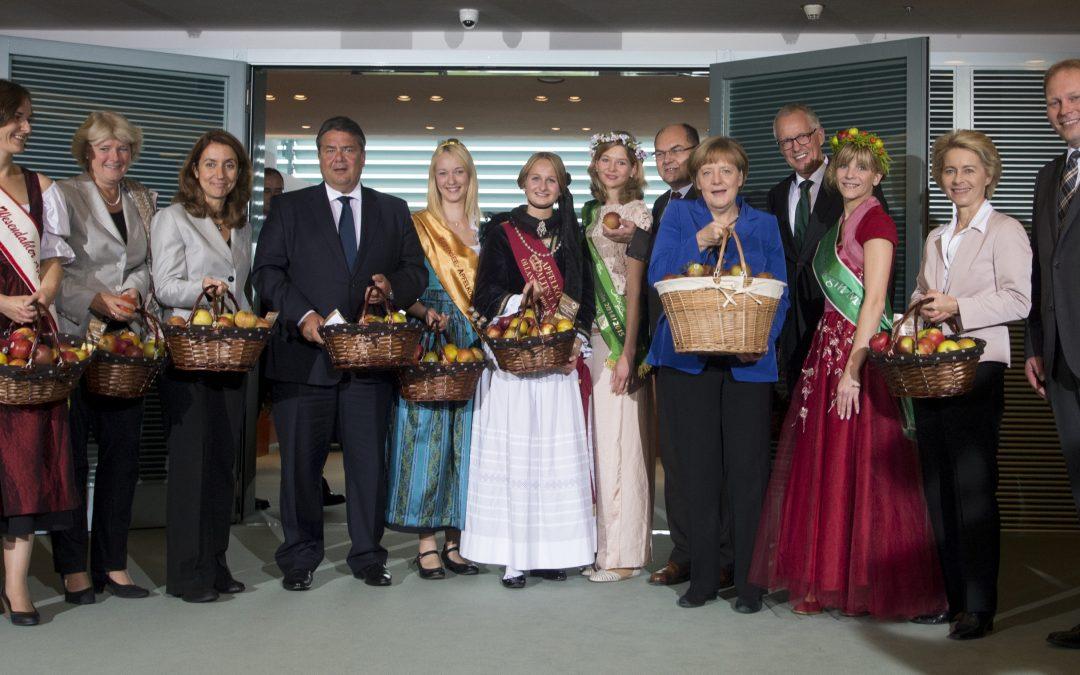 Hier regiert der Apfel: Deutschlands Apfelköniginnen zu Besuch im Bundeskanzleramt