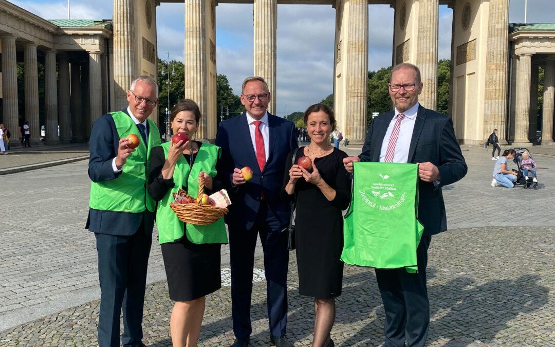 """BVEO/DRV unterstützen Verteilaktion heimischer Obstbauern – Verkaufslogo """"Geerntet in Deutschland"""" setzt Zeichen!"""